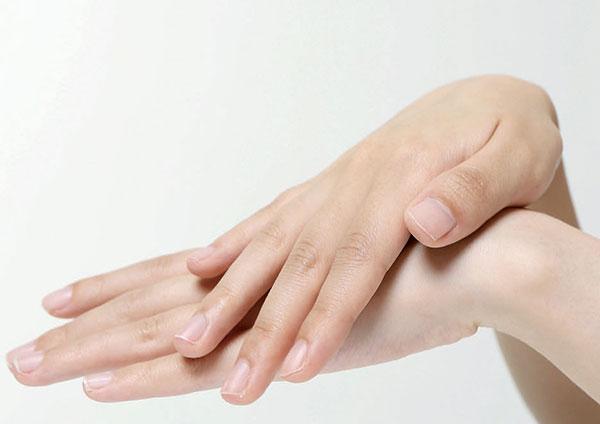 Comment prévenir les réactions cutanées sur mes mains et mes pieds?